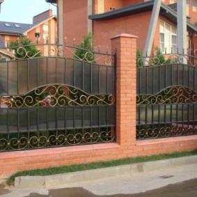 Красивый забор с цоколем из лицевого кирпича