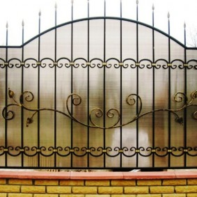 Непрозрачный забор с кованными деталями