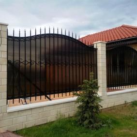 Высокая ограда с ковкой и поликарбонатом
