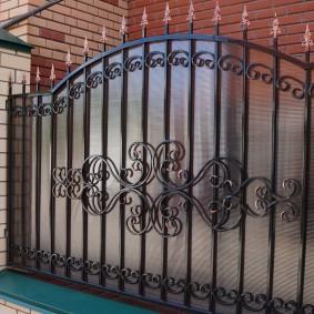 Фото ограды перед кирпичным домом