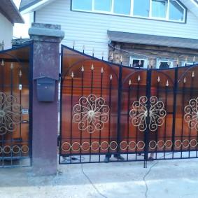 Ворота с литым поликарбонатом на загородном участке