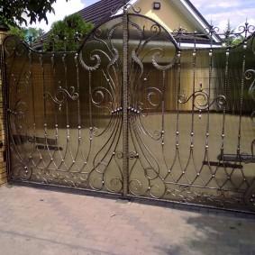 Кованный ворота в ландшафтном дизайне