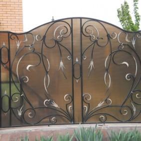 Декор ворот элементами ручной ковки