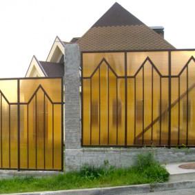 Желтый поликарбонат на садовом заборе