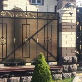 Забор из кирпича и металла на дачном участке