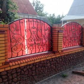 Красивый забор с красным поликарбонатом