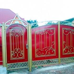 Ворота из металла с красным поликарбонатом