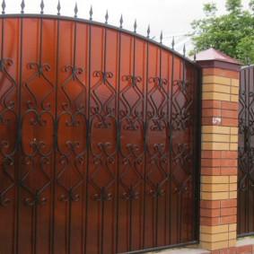 Острые пики в верхней части кованных ворот