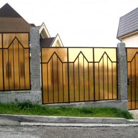 Забор с поликарбонатом на сварных рамках