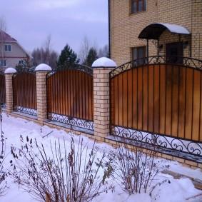 Забор по периметру участка с двухэтажным домом