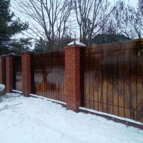 Сотовый поликарбонат на садовом заборе в зимний период