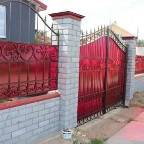 Яркий поликарбонат на воротах частного дома