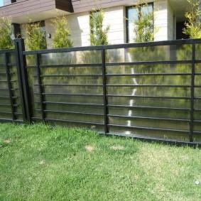 Прозрачный поликарбонат на металлическом заборе