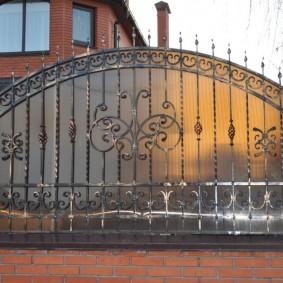 Кованный забор с полукруглым верхом