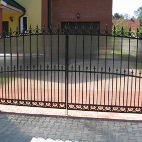 Сварные ворота распашной конструкции