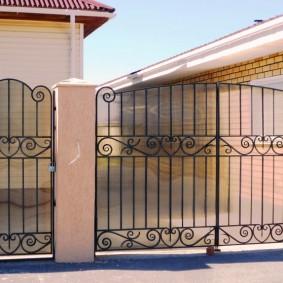 Металлические ворота во дворе загородного дома