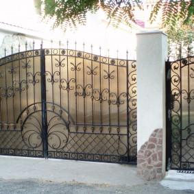 Сварные ворота с элементами холодной ковки