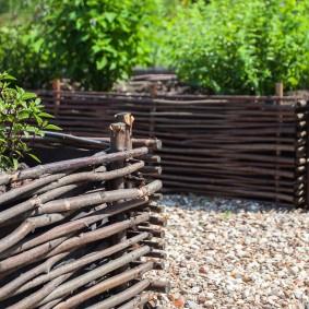 Ивовые прутья на бортиках огородных грядок