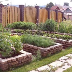 Огородные грядки из отесанного камня