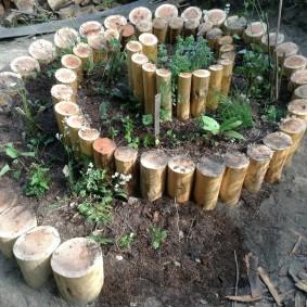 Грядка-улитка из стволов деревьев