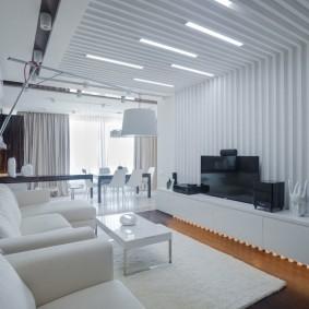 Декоративное оформление потолка и стен гостиной