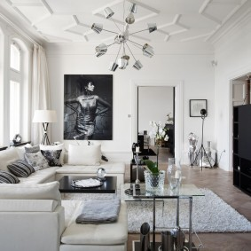 Черная мебель в гостиной с белым потолком
