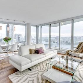 Панорамные окна в интерьере гостиной комнаты