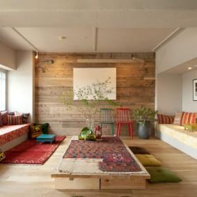 Интерьер гостиной комнаты со встроенными диванами