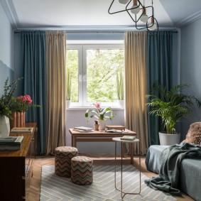 Двойные шторы на окне небольшой гостиной