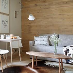Деревянный столик на тонких ножках