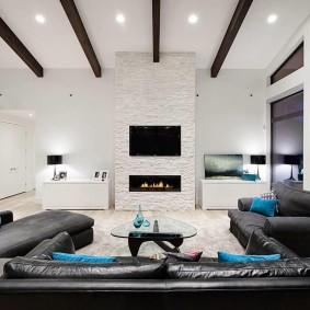 Черные балки на белом потолке в зале