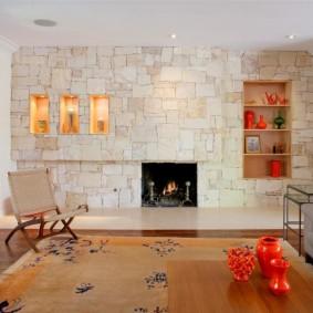 Декоративные ниши в стене с каменной отделкой