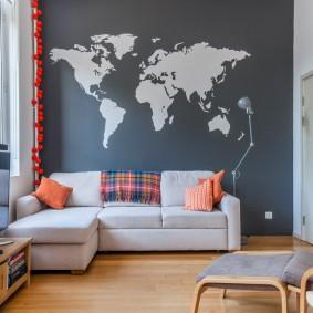 Карта мира на стене небольшой комнаты