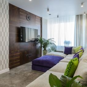 Узкая гостиная с ламинатом на акцентной стене