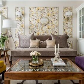 Вставки из пестрых обоев на стене гостиной