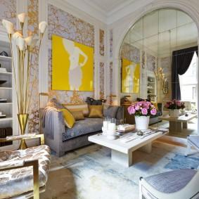 Оклейка гостиной обоями с золотистым рисунком