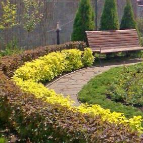 Садовая скамейка на чугунных стойках
