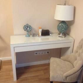 Небольшой столик в углу спальной комнаты