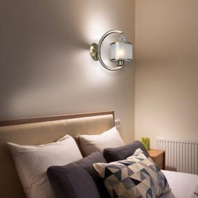 Стена в спальне за спинкой кровати