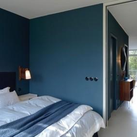 Черные розетки в синей стене