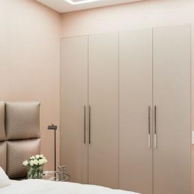 Встроенные шкафы с распашными дверцами