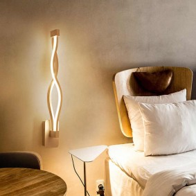 Оригинальный светильник около кровати