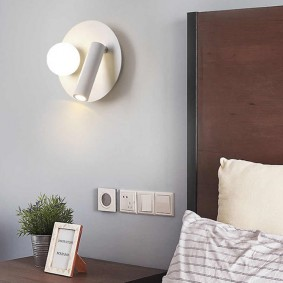 Розетки на стене комнаты для отдыха