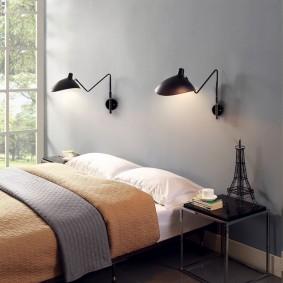 Черные светильники над кроватью в спальне