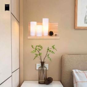 Небольшая полочка с декоративными светильниками