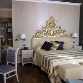 Красивая кровать с декорированным изголовьем