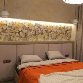 Цветочные обои в нише стены в спальне