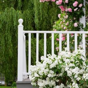 Белые перила на открытой террасе