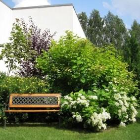 Садовая скамейка с решетчатой спинкой