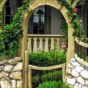 Деревянная арка в каменном заборе